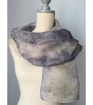 Hamvas szürke árnyalatú selyemsál szőlő levelekkel, ecoprint