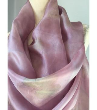 Hamvas lila árnyalatú selyemsál eper levelekkel, ecoprint