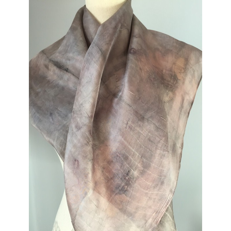 Rózsaszínes-szürke selyem kendő levél nyomatokkal, ecoprint
