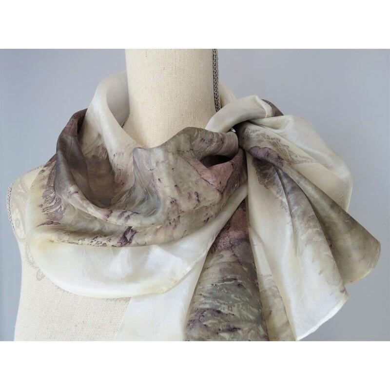 Lilás-szürkés árnyalatú selyemsál, ecoprint