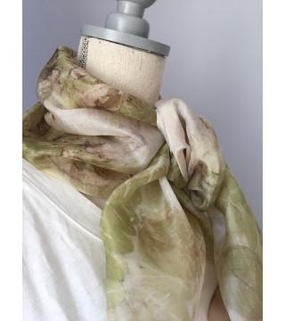 Zöldes árnyalatú, levél nyomatos selyemsál, ecoprint