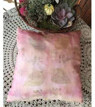 Rózsaszín selyem díszpárna növényi nyomatokkal, ecoprint