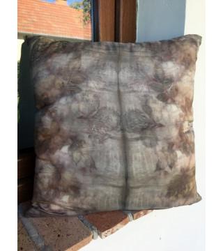 Lilás árnyalatú növényi nyomatos selyem díszpárna, ecoprint